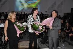De drie dirigenten worden in de bloemen gezet