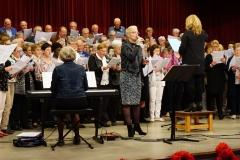 Groot koor samen met Willeke Simons-Visschers